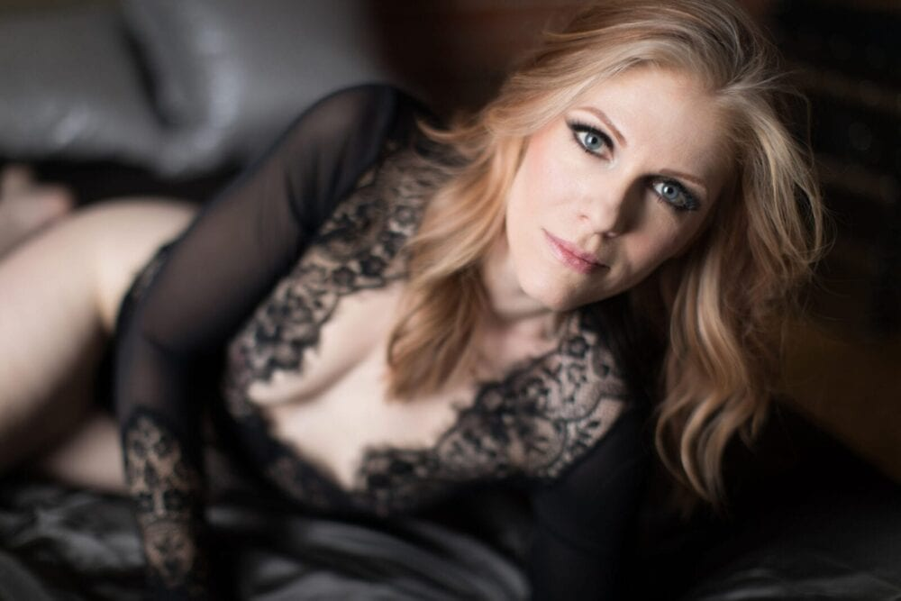 sedinta foto videochat bucuresti cu o femeie blonda in lenjerie intima neagraa.