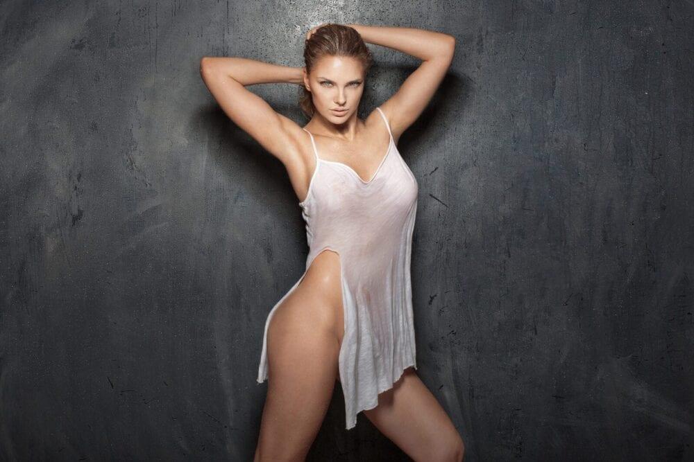 sedinta foto videochat bucuresti cu o femeie blonda in lenjerie intima alba