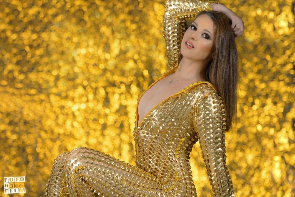 sedinta foto boudoir videochat bucuresti cu o femeie satena pe fundal auriu. Fotografii realizate de studioul profesional fotofilm365