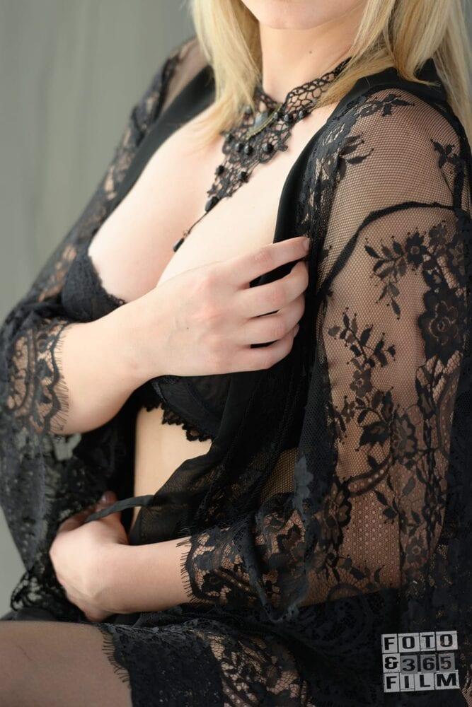 sedinta foto boudoir videochat bucuresti cu o doamna blonda in lenjerie intima neagra. Fotografii realizate de studioul profesional fotofilm365