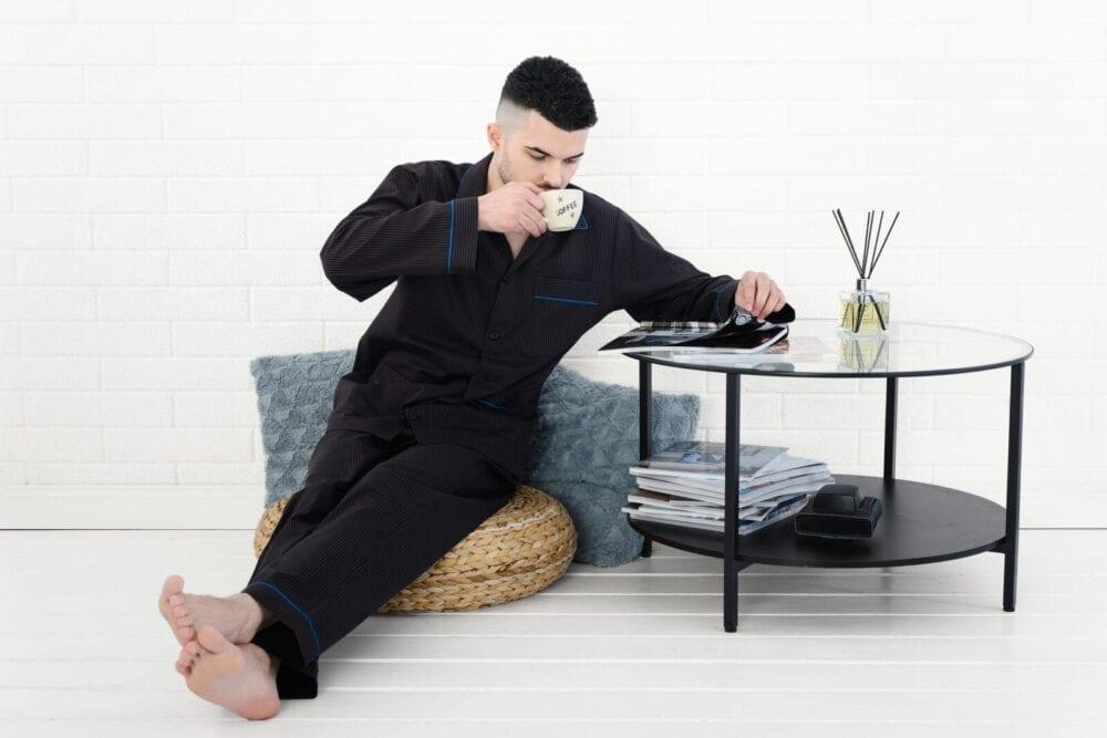 fotografie fashion pentru pijamale barbatesti in decor de casa