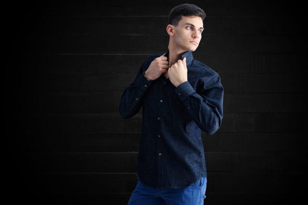 fotografie fashion camasa barbateasca pe fundal negru de lemn